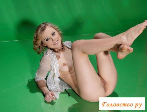Очаровашка-блондиночка на первой фотосессии