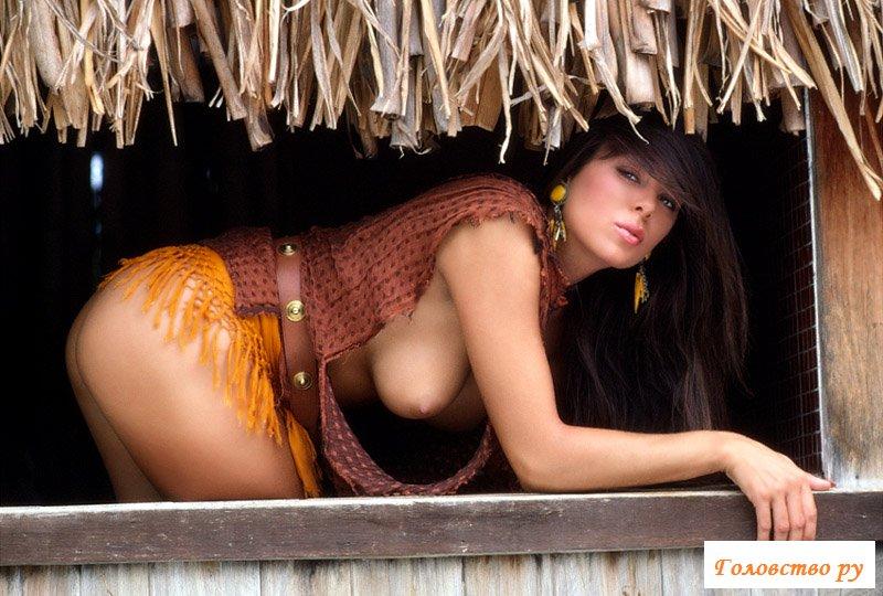 Жаркая кошечка на тропическом пляже