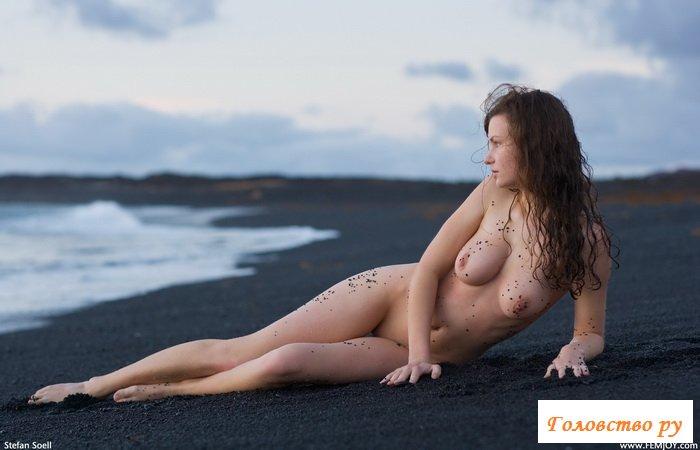 Голая на берегу моря