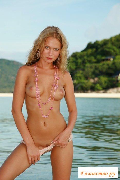 Секси киса на морском курорте