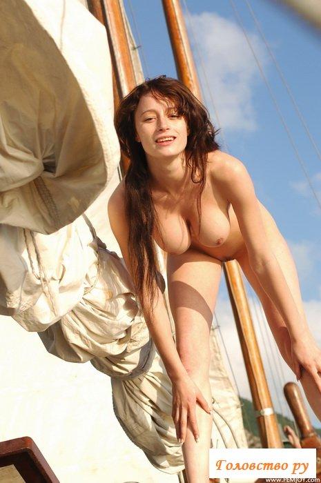 Секси киса за штурвалом яхты