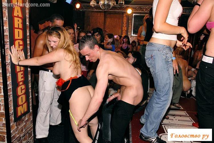 Пьяные сучки разрешают засовывать себе во все щели
