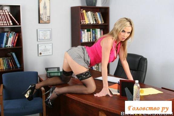 Белобрысая секретарша в чулках разделась на работе
