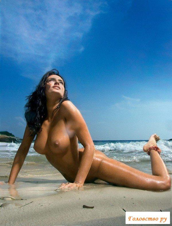 Шикарная эротика с брюнеткой у моря