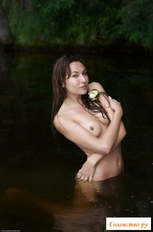Худощавая леди обнажилась на речке