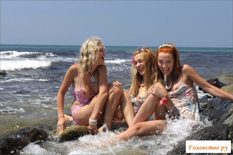 Сексапильные барышни в обнажённом виде на море