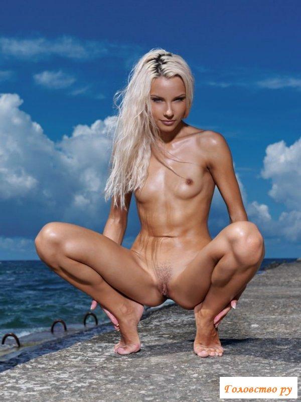 Обнажённая бейба на берегу моря