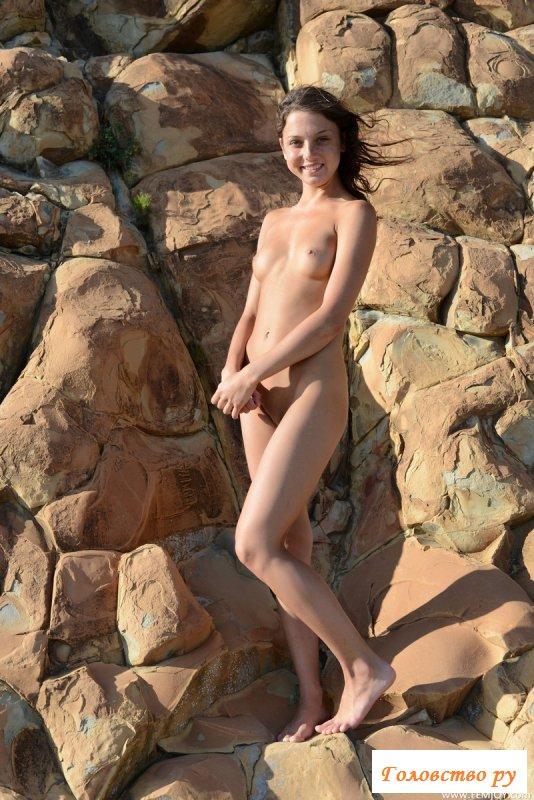 Веселая обнаженная девица на прогретых камнях