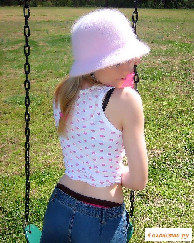 Милая девочка показала сиськи на качелях
