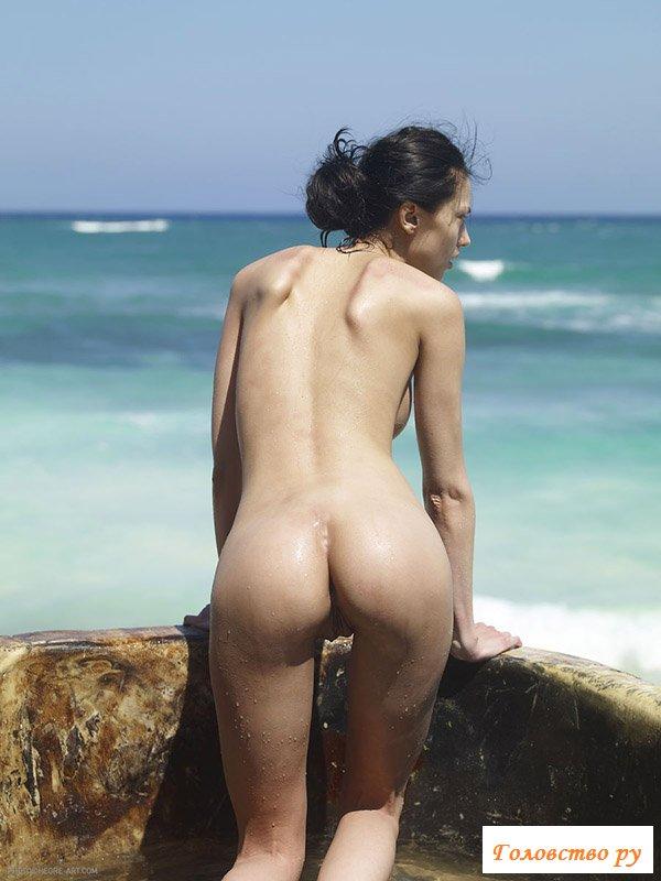 Девчонка стоит в корыте около моря