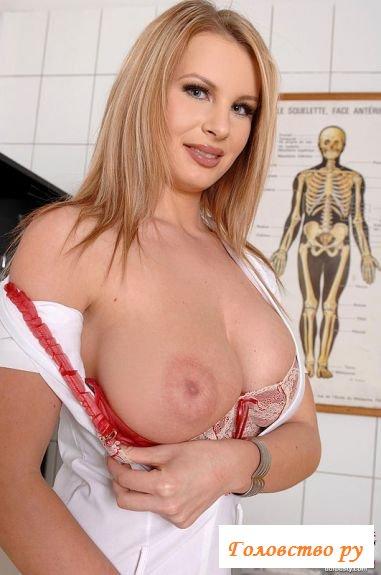 Медсестра в чулках показала своё тело