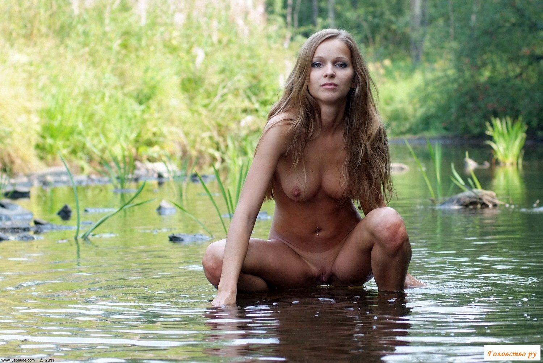 Фото голые на речке в деревне