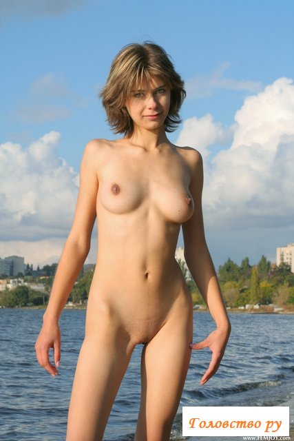 Женщина  с провисшими титьками вышла к морю