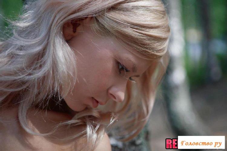 Раздетая влажная голая сучка в лесу