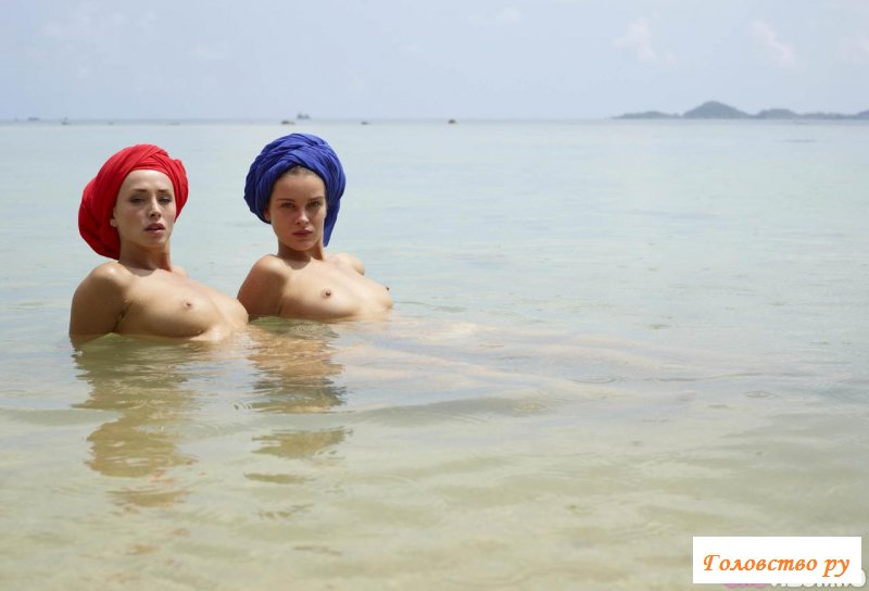 Милашки отдыхают в воде с полотенцем на голове