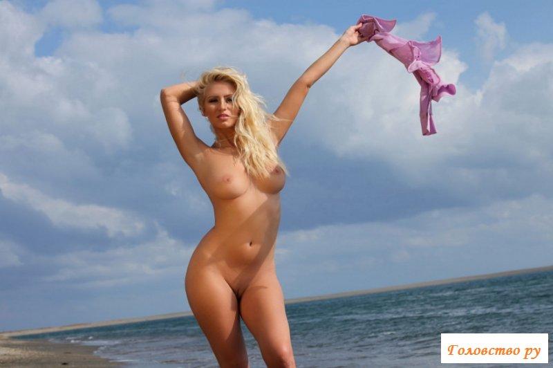 Сильно выгибает спинку страстная блондинка