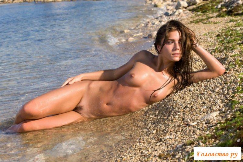 Оттопырила свой зад на пляже