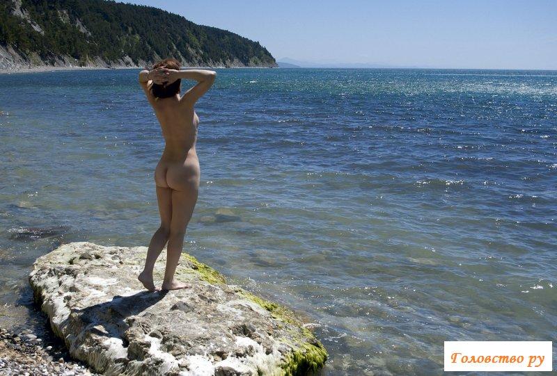 Жопастая курва обнаженная на море фото