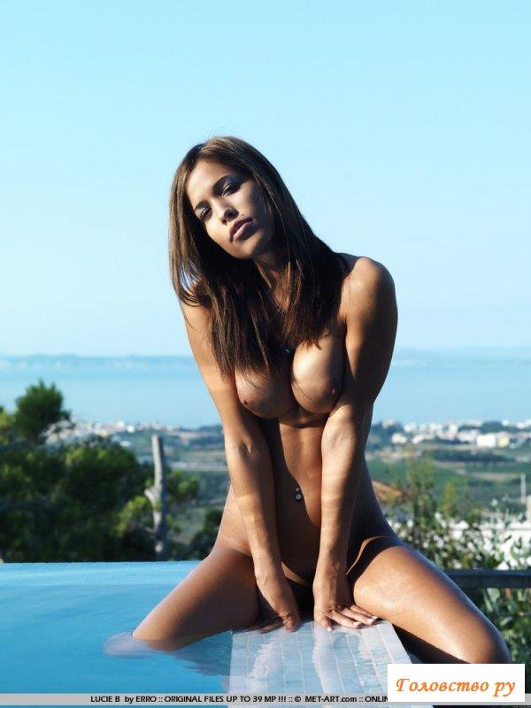 Девчонка с классными сиськами ждет голая в бассейне фото