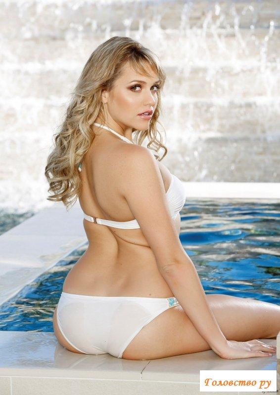 Дама с пошлыми губами скучает голая в бассейне