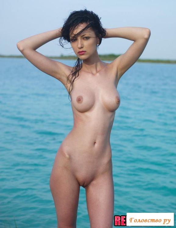 Тёлочка с идеальной фигурой на море