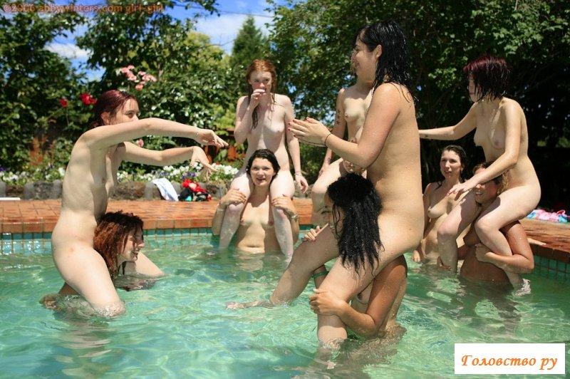 Развлечение раздетых малышек в бассейне