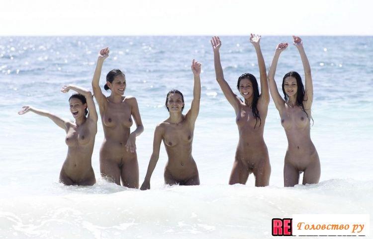 Эротические забавы голых девушек на море