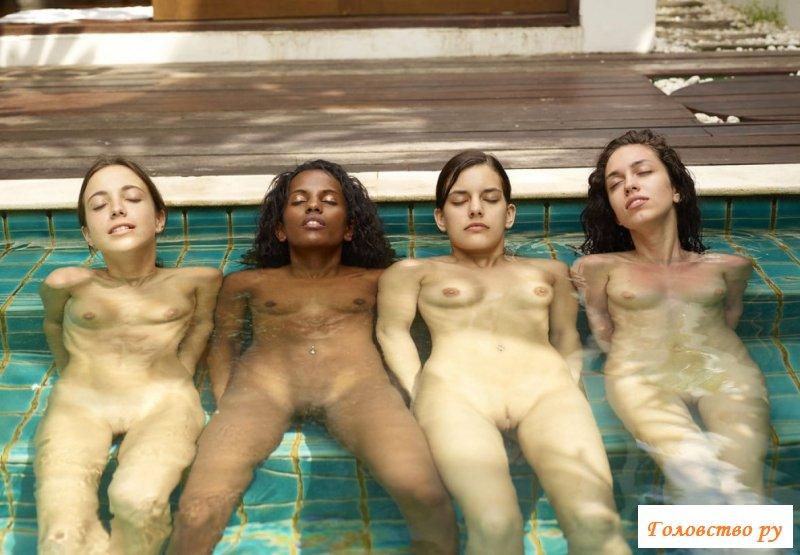 Четыре подруги отдыхают во дворе коттеджа