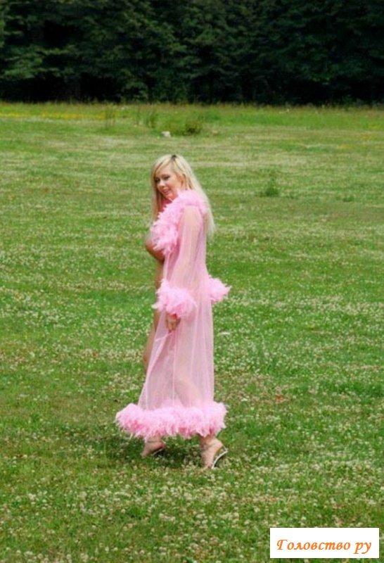 Блондинка вывалила большие сисяндры из-под белого платья