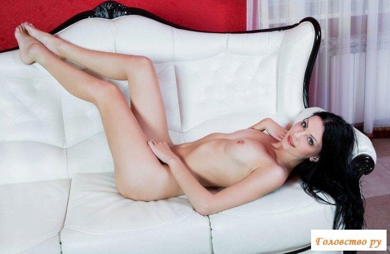 Раздетая девушка валяется на белом диване