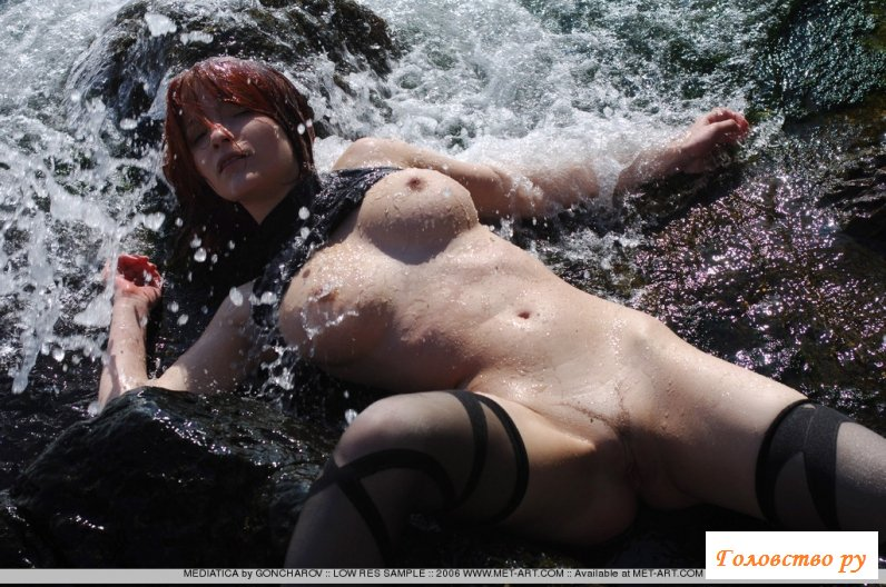 Сучка в чулках голая на речке