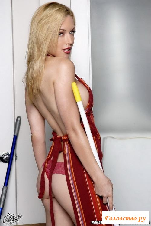 Голая домохозяйка во время уборки