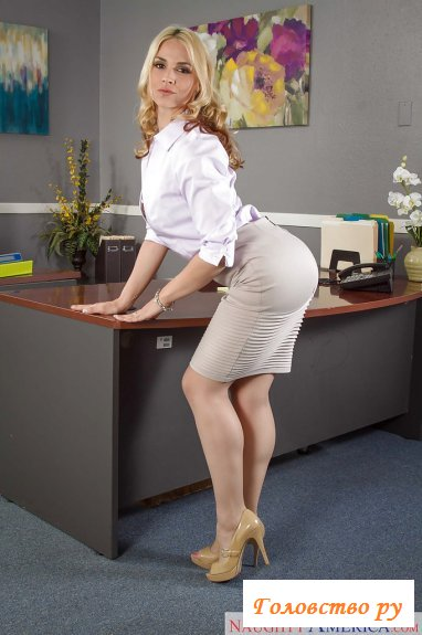 Красивое тело похотливой голой секретарши