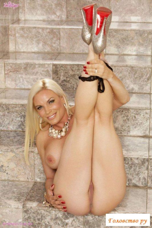 Блондинка и её голые большие сиськи
