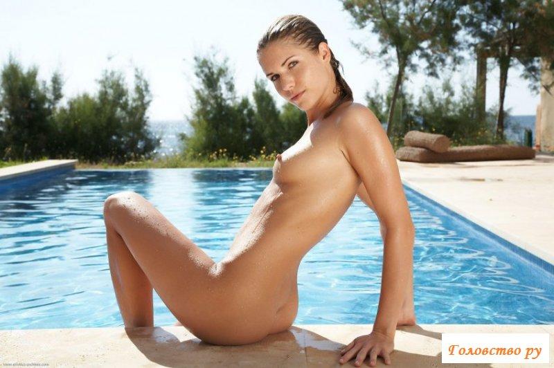 В бассейне прекрасная девушка