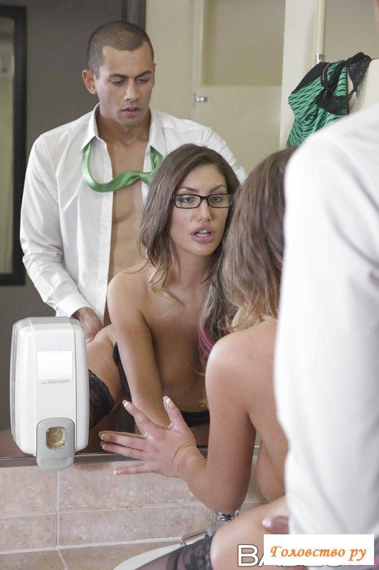 В туалете устроили порно с мулатом