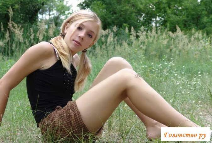 Обнаженная под юбкой торчащая манда телочки (52 фото эротики)