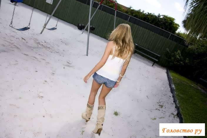 Эротика блондинки с приличной задницей на качелях (58 фото)