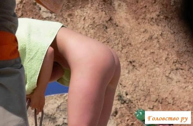 Подглядываем за раздетыми девчушками на пляже (33 фото эротики)