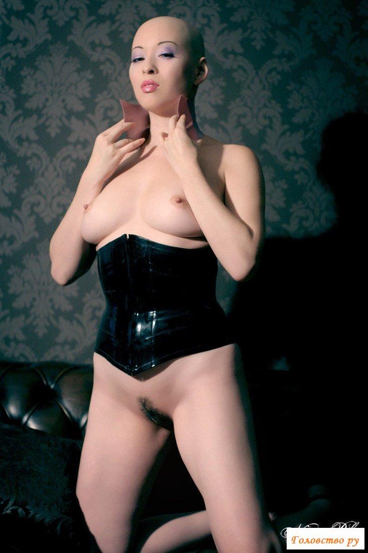 Лысая женщина в эротическом наряде