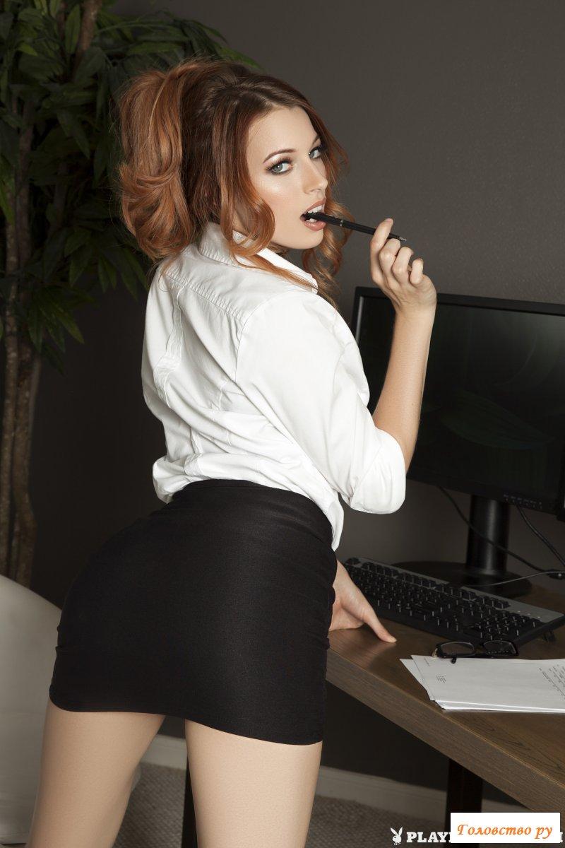 Обнаженная секретарша демонстрирует желанную писульку