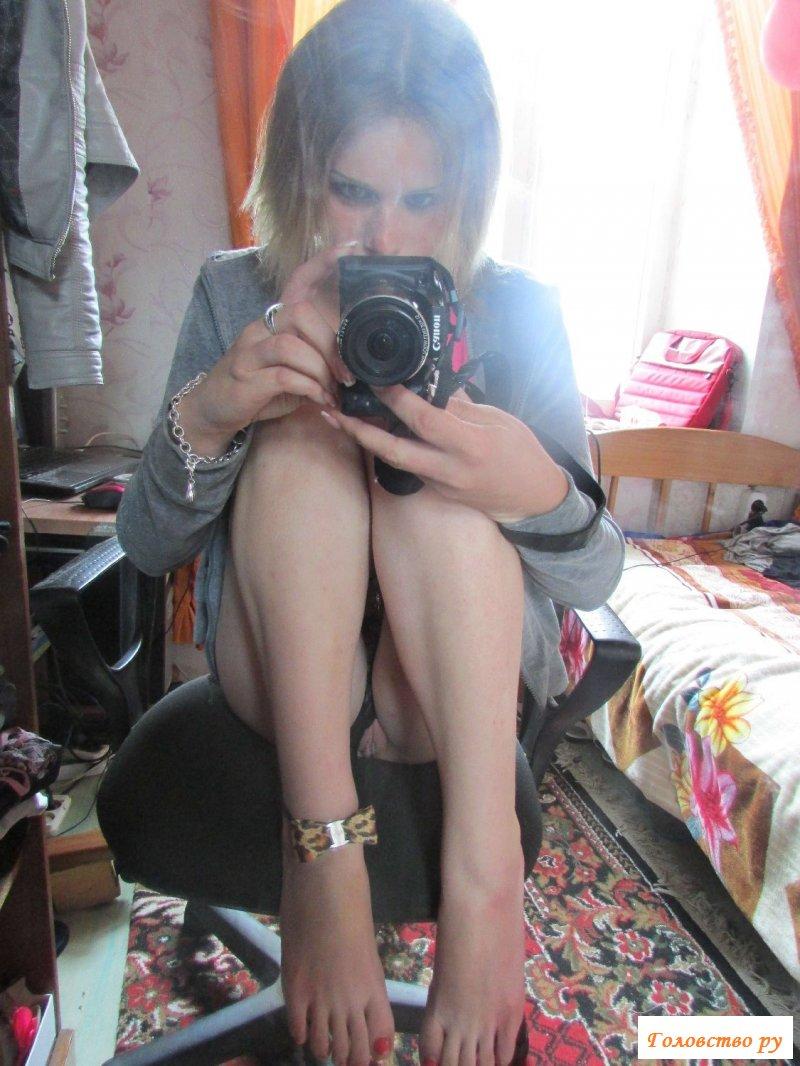 Обнаженная сучка делает фото дома