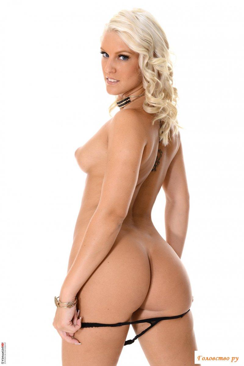 Блондинка раздевается на белом фоне и трогает киску пальцами
