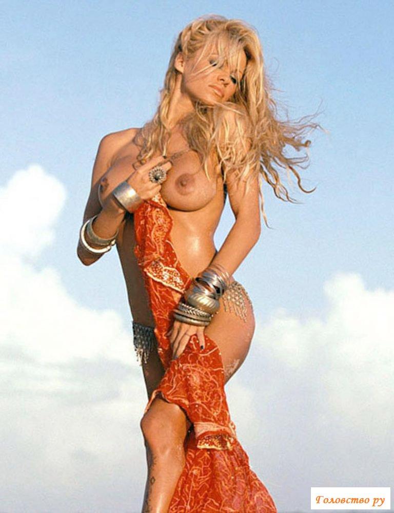 Знаменитая Памела Андерсон позирует раздетая в разных образах