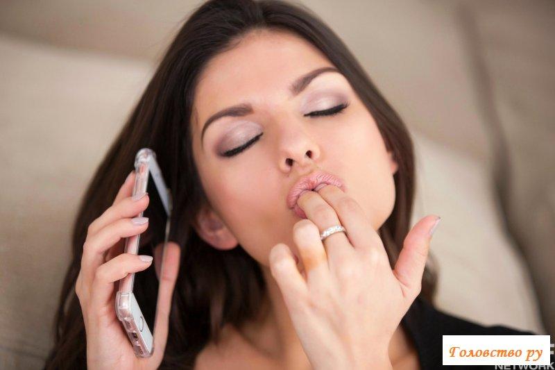 Эротичная красавица с большими сиськами переписывается по телефону