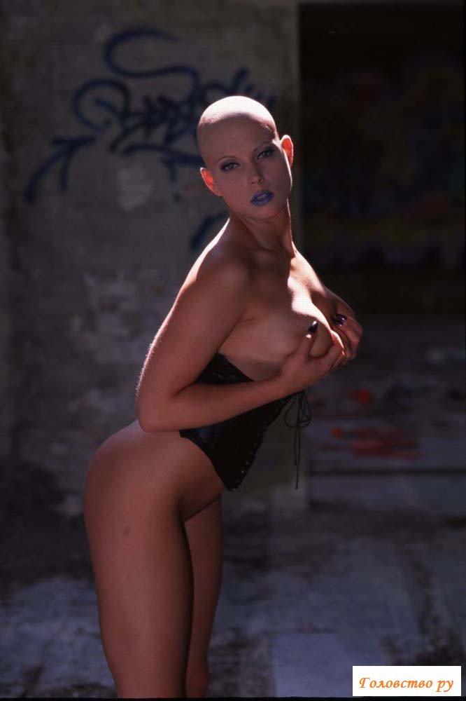 Лысая фетишистка обнажается в заброшенном здании