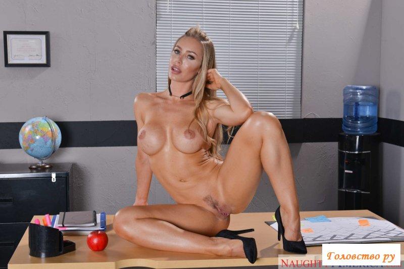 Сексуальная учительница раздевается у стола в аудитории