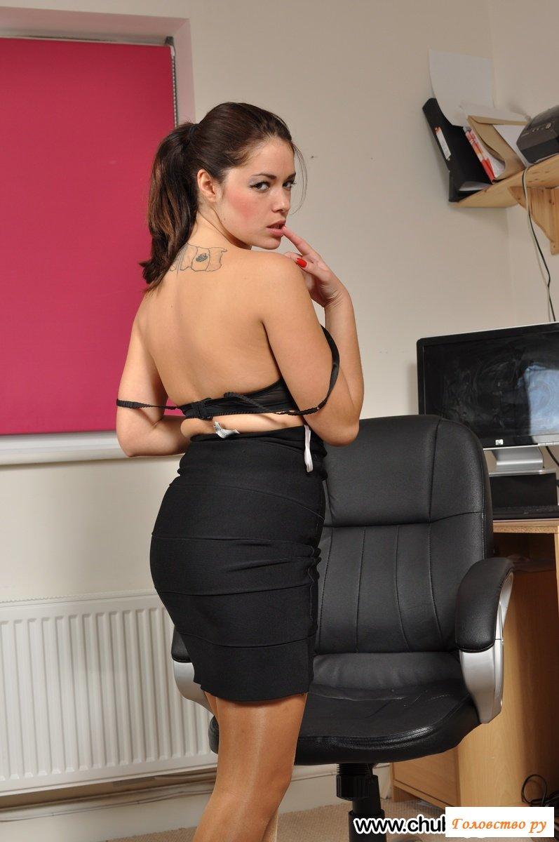 Горячая секретарша эротично стягивает белье в рабочем кабинете