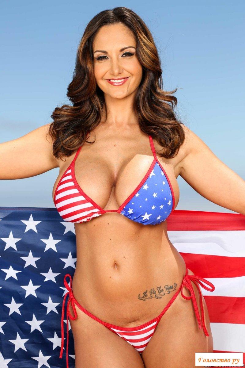 Грудастая американка обожает свою страну и эротику