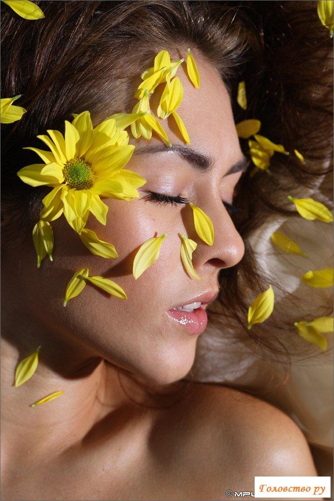Пизда девушки крупным планом вместе с желтыми цветами